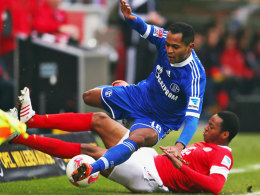 Raffael (ob.) gegen Junior Diaz