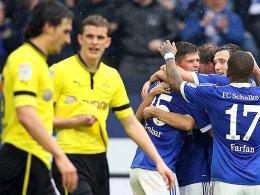 Während Hummels (li.) und Bender diskutieren, feiern die Schalker