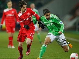 Wolfsburgs Rodriguez im Duell mit Kruse (li.).