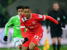 Wolfsburgs Fagner rennt Bolly (re.) nur hinterher