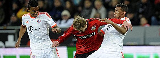 Luiz Gustavo und Boateng (re.) im Duell mit Kießling