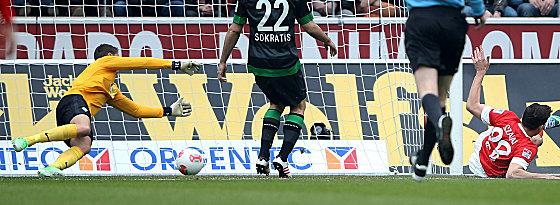 Adam Szalai (re.) trifft zum 1:0 für Mainz