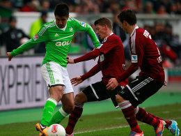 Wolfsburgs Medojevic behauptet sich gegen Frantz und Feulner (v.li.)