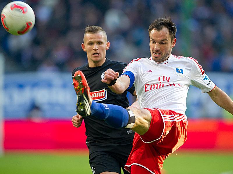 Freiburgs Schmid schaut zu, wie Westermann den Ball kontrolliert