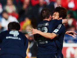 Matchwinner in Mainz: Hamburgs Son liegt jubelnd in den Armen von van der Vaart.