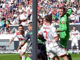 Alvaro Dominguez (2.v.li.) fälscht den Ball ins eigene Tor ab