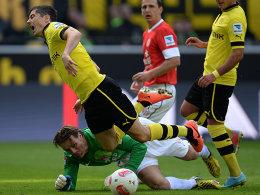 Lewandowski kommt zu Fall, Wetklo stand im Weg. Zuvor hatte der Schiedsrichter aber auf Abseits entschieden.