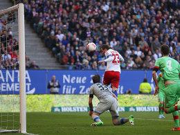 Rafael van der Vaart köpft zum 1:0 ein
