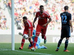 Treffer gegen den alten Arbeitgeber: Ex-Hamburger Jerome Boateng staubt nach zwei Drobny-Paraden gegen Pizarro ab.