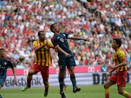 Barcelonas Javier Mascherano im Luftduell mit Philipp Lahm, Marc Bartra (re.) schaut zu
