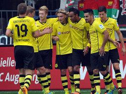 Aubameyang (3.v.re). bejubelt mit seinen Dortmunder Mannschaftskollegen das 1:0