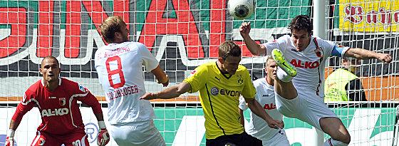 Augsburgs Verhaegh (re.) im Duell mit Bender