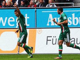 Halil Altintop und Sascha Mölders (re.) bejubeln den ersten FCA-Saisontreffer