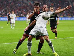 Starkes Spiel - wenig Ertrag: Bayerns Ribery schirmt den Ball vor Bayers Donati ab.