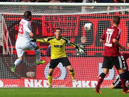 Rafael van der Vaart (li.) trifft gekonnt zum 1:0