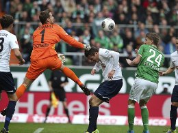 Oliver Baumann (Nummer 1) gegen Nils Petersen (24)