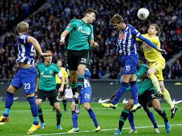 Adam Szalai (Nr. 28) nickt zum 1:0 für Schalke ein