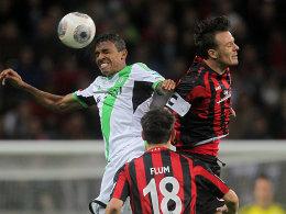 Wolfsburgs Luiz Gustavo im Duell mit Alex Meier (re.)