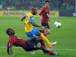 Hannovers Diouf grätscht gegen Kumbela