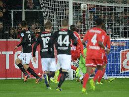 Vedad Ibisevic (li.) trifft zum 1:0 für den VfB Stuttgart