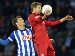 Goalgetter: Stefan Kießling, hier rechts gegen Berlins Langkamp, brachte Leverkusen in Front.