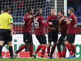 Hannoveraner bejubeln das soeben von Diouf (2.v.re.) erzielte 1:0