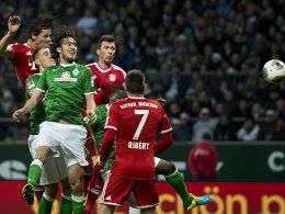 Daniel van Buyten (li.) setzt sich gegen Nils Petersen und Santiago Garcia durch und köpft zum zwischenzeitlichen 2:0 ein