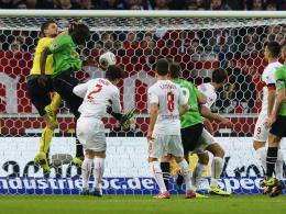 Fehlgriff mit Folgen: VfB-Keeper Ulreich kommt gegen Hannovers Sané einen Tick zu spät.