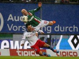 Umkämpft: Augsburgs Werner und Hamburgs Arslan schenken sich im Zweikampf nichts.