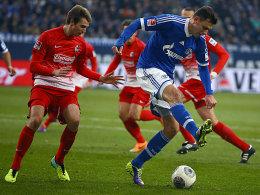 Höhn im Duell mit Schalkes Szalai (re.)