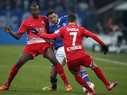 Schalkes Kolasinac gegen Guedé und Darida (re.)