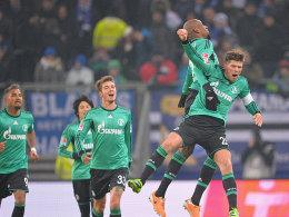 Huntelaar (li.) freut sich über sein soeben erzieltes 1:0