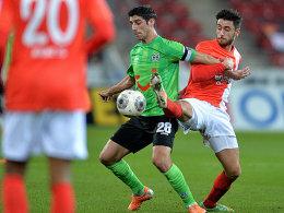 Enge Zweikämpfe in der Coface-Arena: Hannovers Stindl (li.) versucht den Ball gegen den Mainzer Malli (re.) zu behaupten.