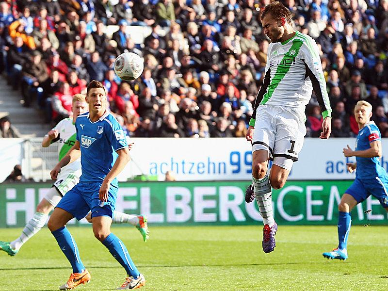 Wolfsburgs Dost (2.v.re.) köpft zum 1:1 ein