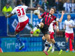 Kampf um den Ball: Zoua und Schwegler duellieren sich in luftiger Höhe.