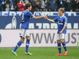 Torschütze und Vorbereiter: Leon Goretzka (links) bedankt sich bei Max Meyer für den Assist zum 1:0.