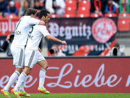 Sebastian Boenisch und Emir Spahic (re.) bejubeln die Leverkusener Führung