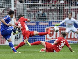 Premierentor: Kaan Ayhan zirkelt den Ball zum 1:0 gegen Freiburg aufs Tor.