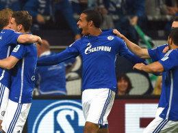 Schalke und Torschütze Matip jubeln