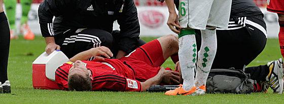 Schock: Bayers Lars Bender musste schon vor der Pause verletzt ausgewechselt werden.