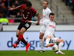 Enge Zweikämpfe in der HDI-Arena: 96-Kapitän Stindl (li.) im Duell mit Freiburgs Darida (re.).