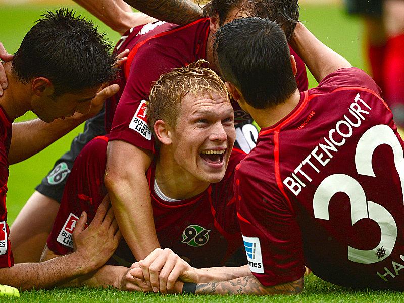 Schöner Abschied: Wenige Minuten nach seiner Einwechselung erzielte Rudnevs (mi.) in seinem Abschiedsspiel den zweiten Hannoveraner Treffer.