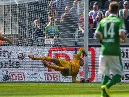 Erster Schuss, erstes Gegentor: Werder-Keeper Raphael Wolf musste nach einer Viertelstunde schon hinter sich greifen.