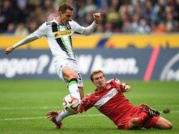 In höchster Not: Stuttgarts Daniel Schwaab klärt vor dem einschussbereiten Branimir Hrgota.