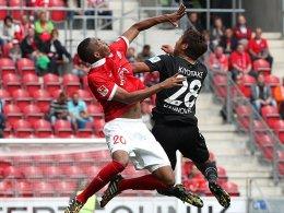 Mainz' Junior Diaz gegen Hannovers Hiroshi Kiyotake (re.).