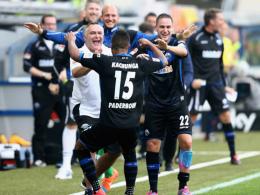 Elias Kachunga bejubelt seinen Führungstreffer für Paderborn.