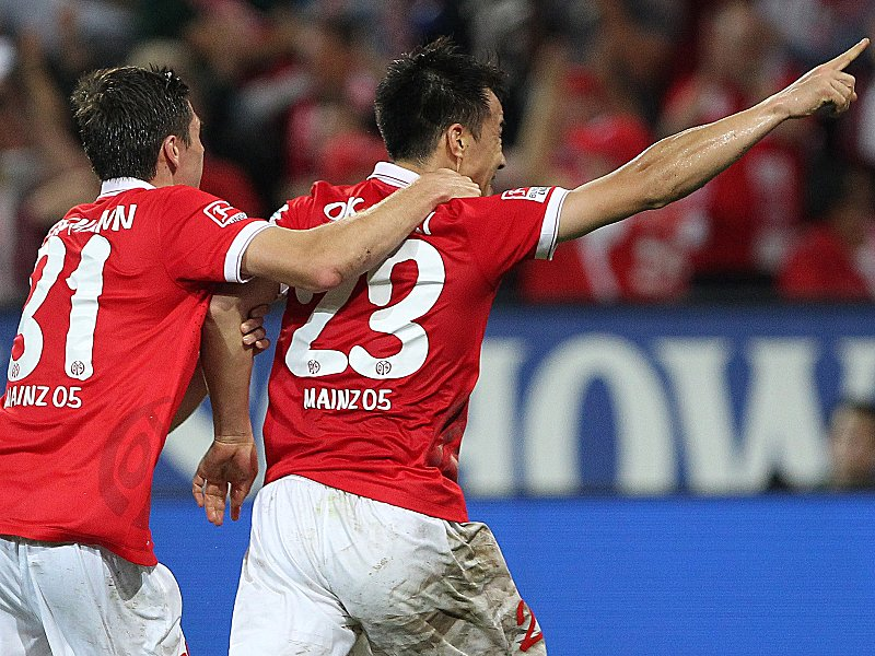 Jonas Hofmann und Torschütze Shinji Okazaki feiern das 1:0.