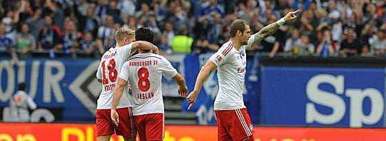 Hamburgs Lasogga (re.) bejubelt seinen soeben erzielten Ausgleich zum 1:1