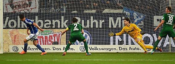 Tor des Abends: Klaas Jan Huntelaar trifft zum 1:0.