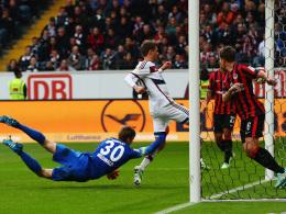 Locker mit dem Knie: Thomas Müller trifft zur Führung für seine Bayern.